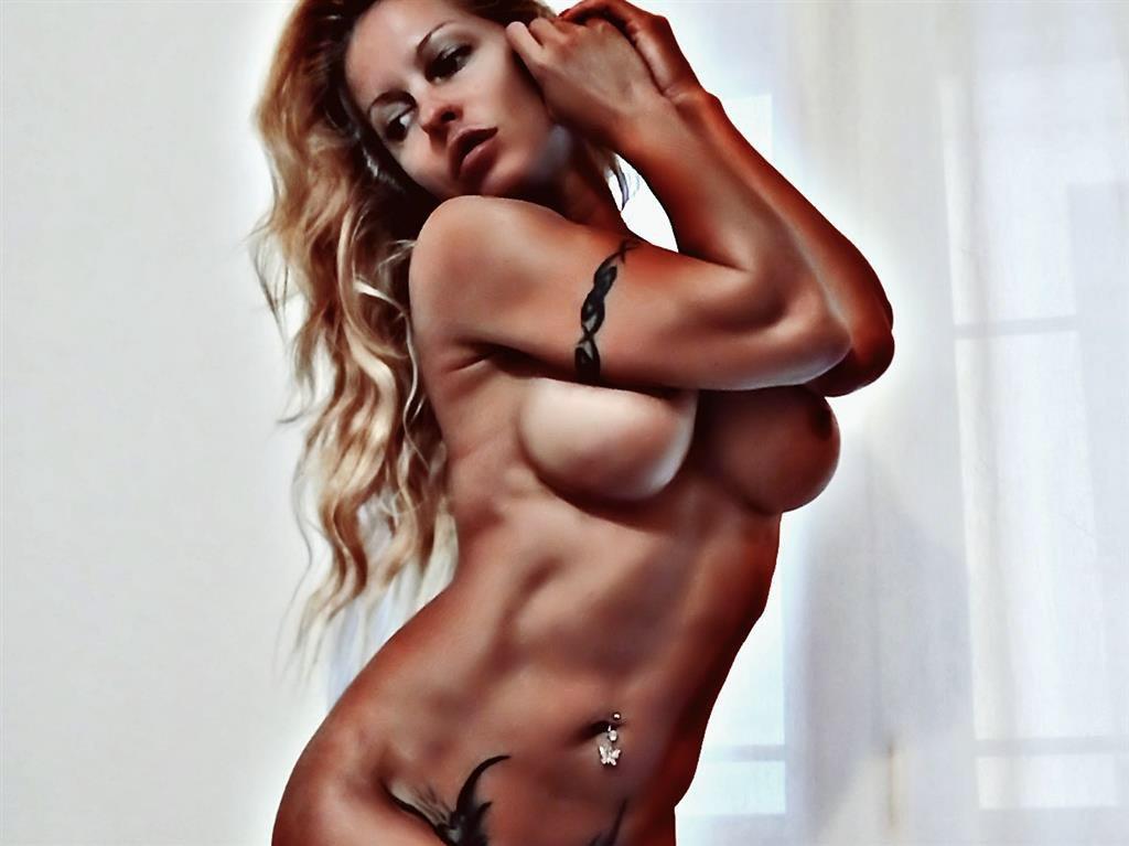 Biggi Bardot gehört zu den erfahrensten Deutschen Webcam Girls. Die blonde Schönheit weiß ziemlich genau wie sie ihren heißen Körper in Szene setzt. Wirf mal einen Blick auf ihre kostenlosen Vorschau Videos.