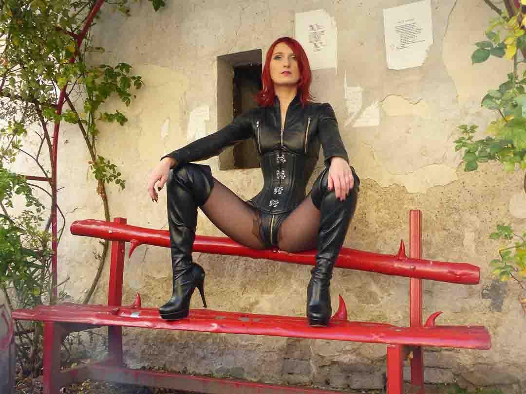 Kein Vanilla? Dann ist diese heiße Rothaarige genau das richtige für dich. BDSM und Sexcams sind eine ziemlich explosive Mischung. Einen Vorschmack gibt es auf ihrem Profil.
